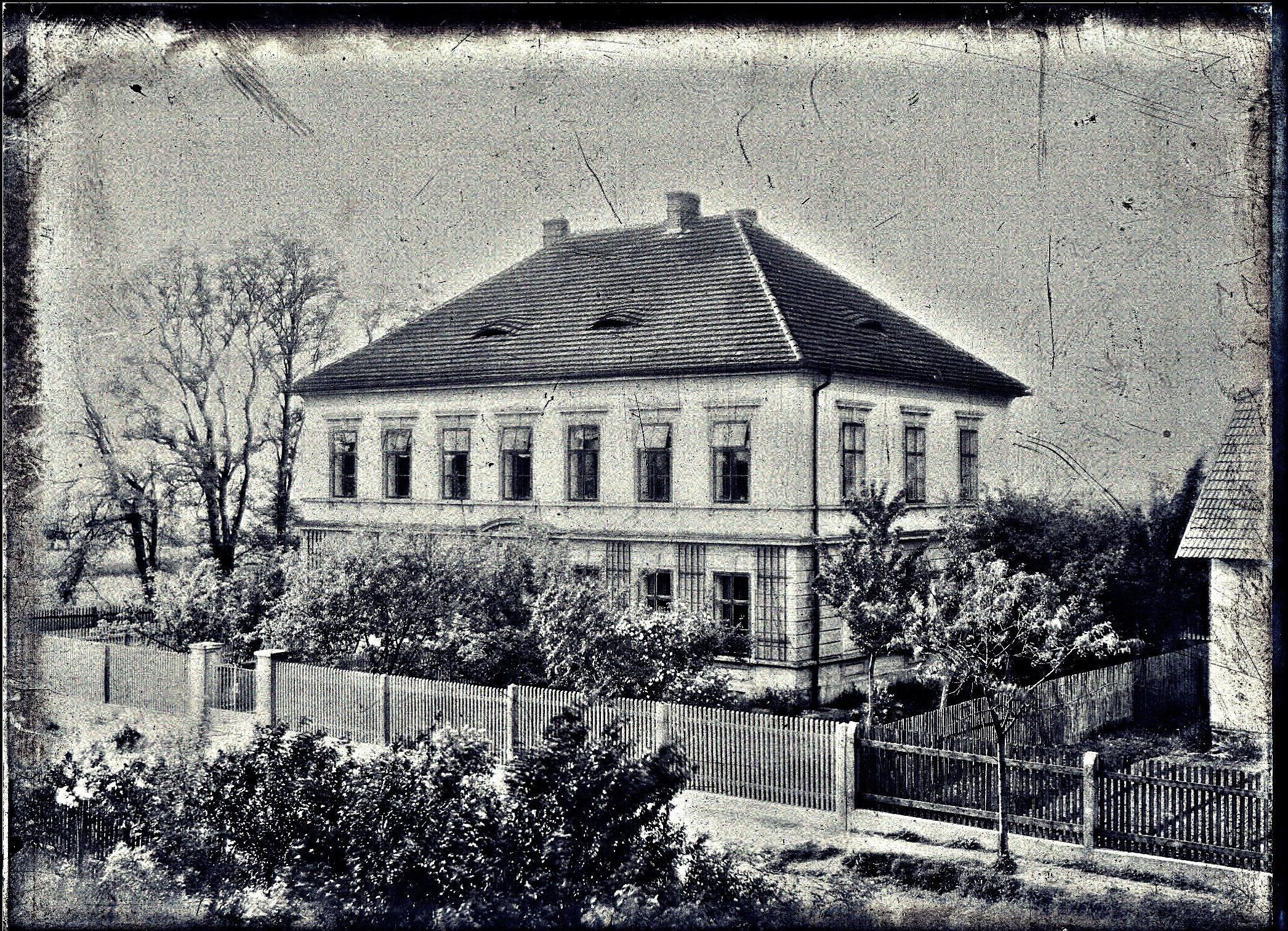 Historická fotografie školy za 1. světové války.
